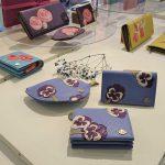 フラワーモチーフの財布が咲き競う 「FIORAIA」直営店オープン1周年記念フェア