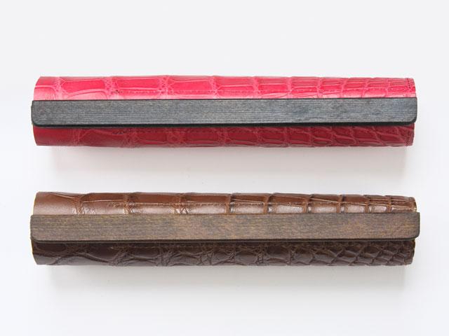 画期的なロールペンケースが登場しました。くるっと丸め、パチンと閉じる新方式です。2本のペンを収納可能。開いた状態ではペントレーとしてもお使いいただけます。