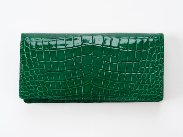 クロコダイル革を一匹分使用した無双長財布。背胴から前胴にかけて、一枚革で贅沢に。