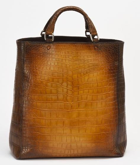 このパティーヌバッグは革の状態で下染めをし、製品になってから手染めで仕上げるなど、丁寧且つ繊細なプロセスを経て完成。