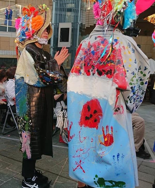 寛斎さん監修のもと、台東区立富士小学校の6年生約70名が「太陽」と「富士山」をテーマにペイントを施した革半纏。
