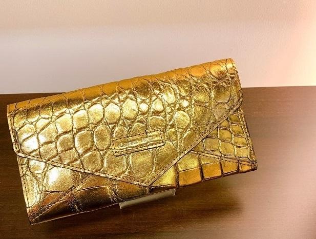 「LEATHER JEWELS(レザージュエルズ)」 (クロコダイルカブセ財布/シャムクロコダイル ゴールドカラーブレス仕上げ/ゴールド/H 10cm × W 19.5cm × D 1 cm )
