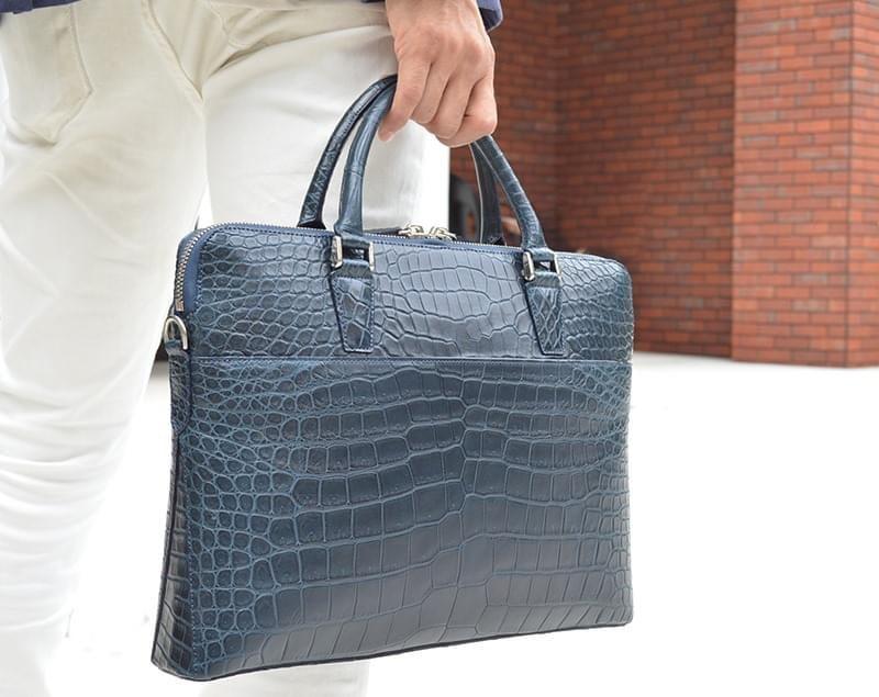 クロコダイルの最高峰、スモールクロコを贅沢に使用した、スタイリッシュなショルダー付きブリーフバッグ。