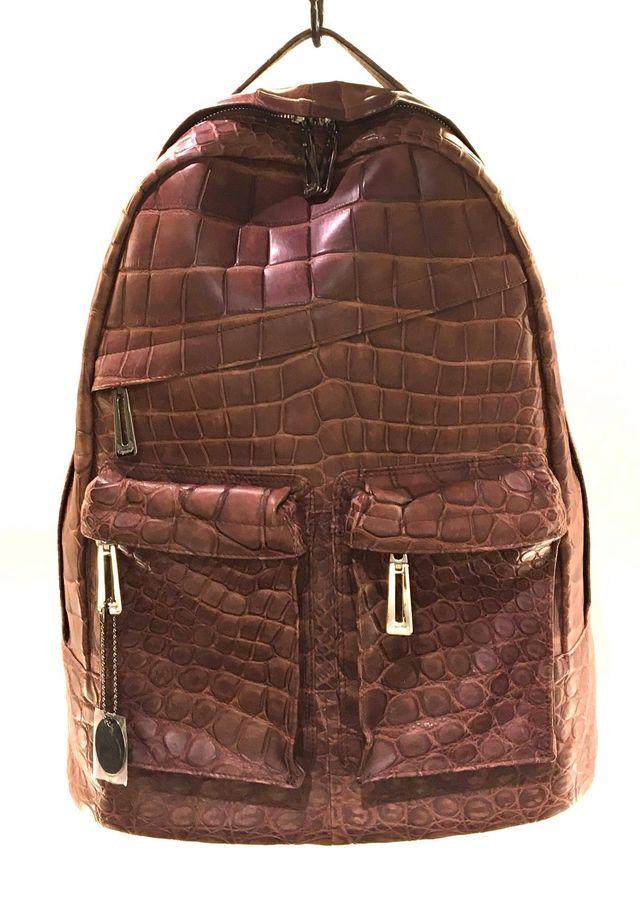 人気ブランド「Leather Jewels」から、大人のための上質なリュックがリリースされました。スポーティなデイパック型ですが、アンティークカラーのクロコダイルをふんだんに使用し、エレガントに仕上げています。