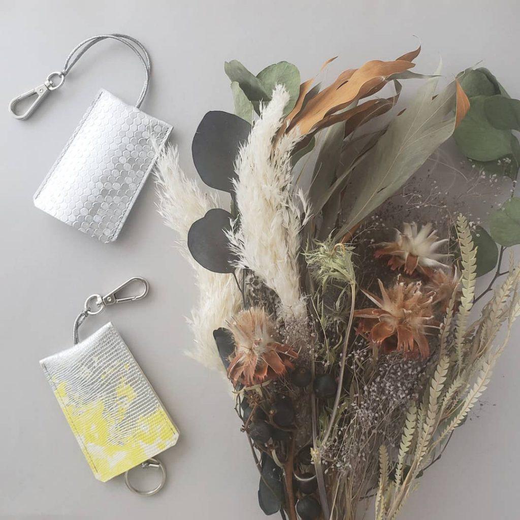 ひとつひとつの柄が異なる手染めしたゴート革を使用。 バッグから出したときの一瞬のときめきに…。 心の処方箋のようなアイテムです。